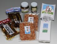土産物ラインナップ:にじます曽我煮、にじます甘露煮、ふきのとうの佃煮、行者ニンニク、桜エビ、本なめこ